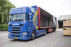 Vrachtwachten met uien bij J. Jansen Uienhandel BV Kruiningen