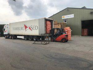Vrachtwagen lossen bij J. Jansen Uienhandel BV Kruiningen
